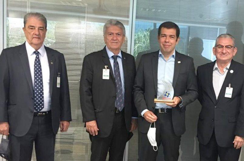 Clóvis Bezerra homenageia dirigente do setor de transporte rodoviário em Brasília
