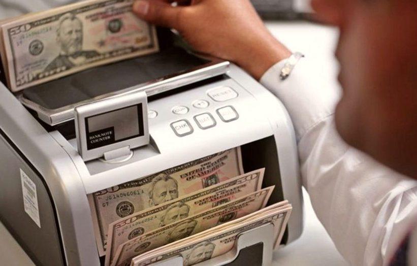 Dólar começa a semana em leve queda enquanto Ibovespa registra valorização