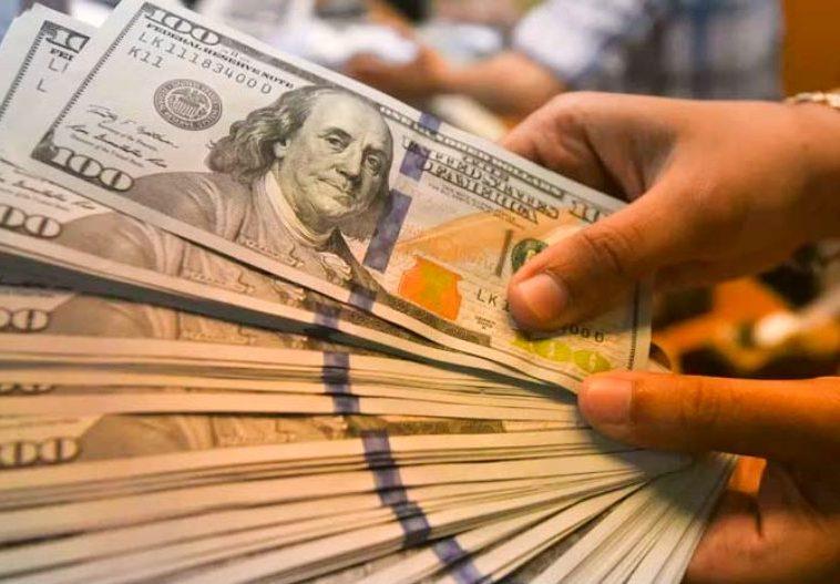 Dólar comercial fecha abaixo de R$ 5,00 pela primeira vez em mais de um ano