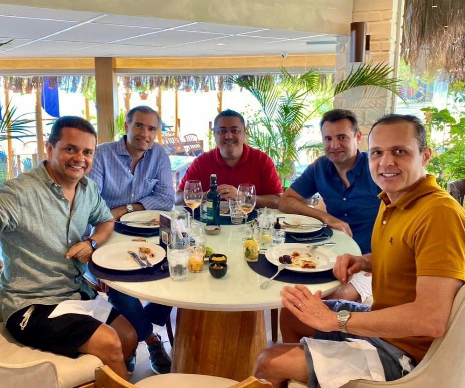 Illa Mare é cenário de almoço descontraído entre Eduardo Diogo e um grupo de amigos