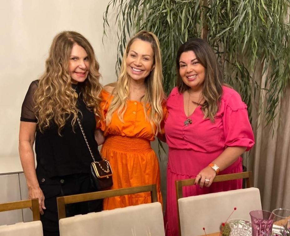 Elba Ramalho e Fabiana Carla aterrissaram em Fortaleza para o arraiá de Solange Almeida