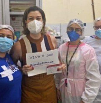 Natália Herculano é vacinada e realiza protesto contra o presidente Bolsonaro