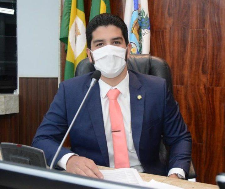 Pedro França preside parte da sessão da CMFor e defende imunização em massa
