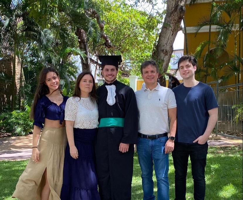 Gyna Pessoa Machado e André Jucá celebram a formatura do filho Diego em Medicina