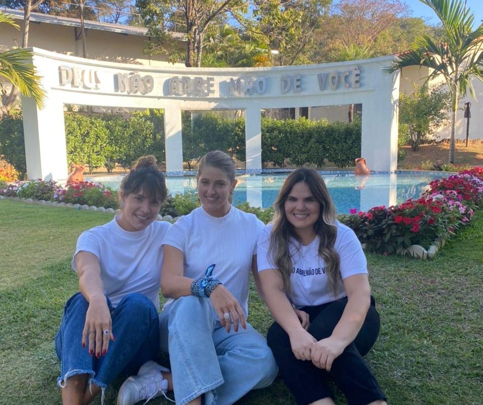 Rebeca Leal e Thyane Dantas renovam a fé em retiro espiritual