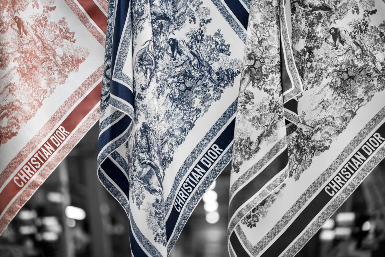 Os lenços ganham destaque na coleção outono-inverno 2021-2022 da Dior