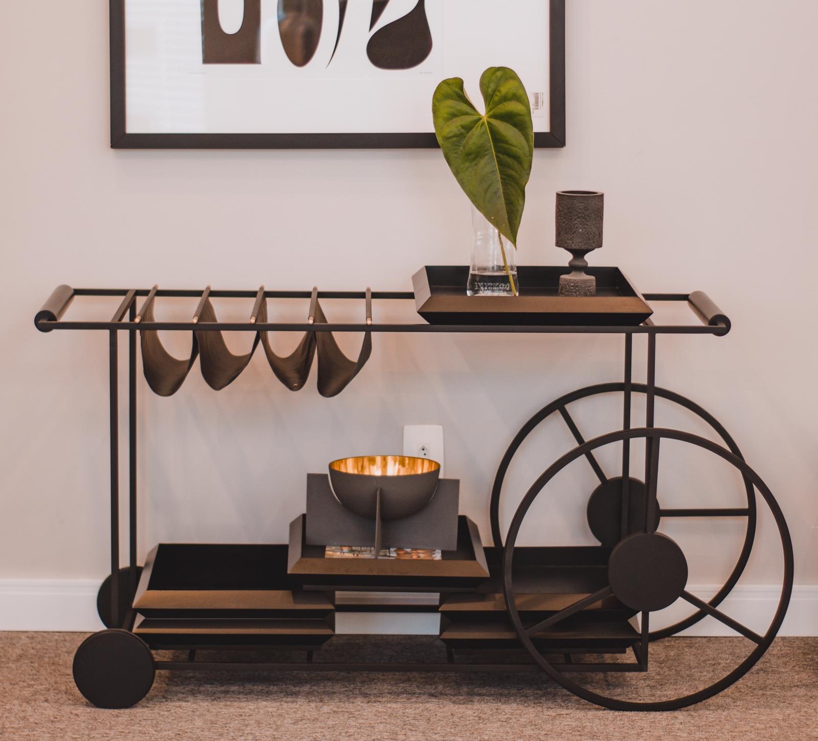 Sofisticação e praticidade definem o Carrinho de Chá Locomotivo, à venda na Galpão Design