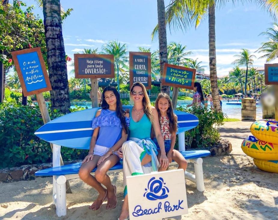 Germana Melo curte o Beach Park na companhia das filhas, Mirela e Gabi Vanley