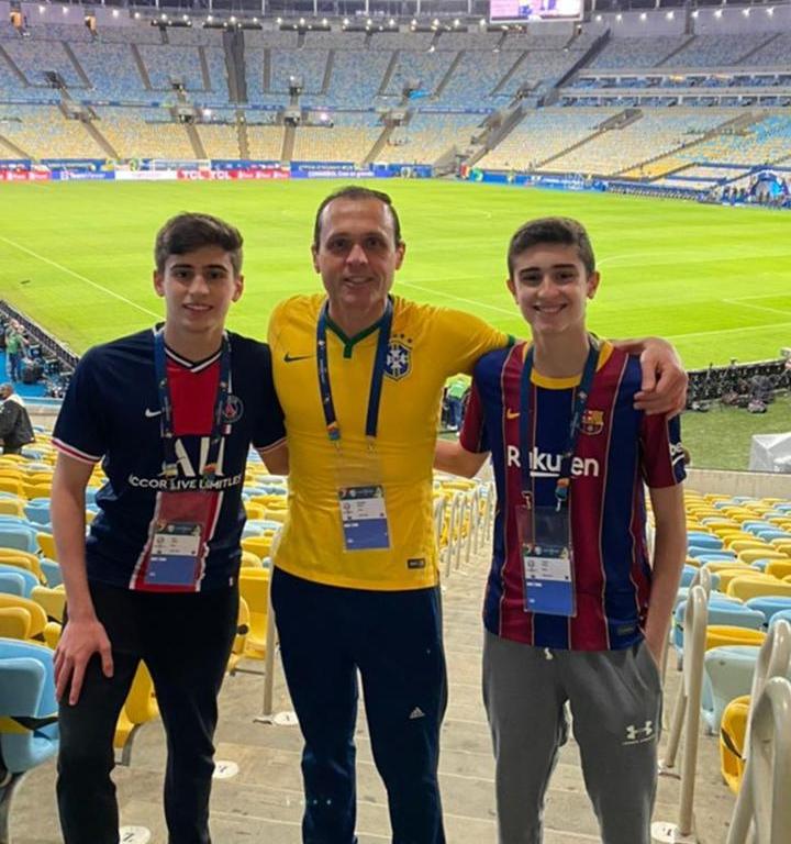 Eduardo Diogo leva os filhos para assistir o jogo entre Brasil e Argentina no Maracanã