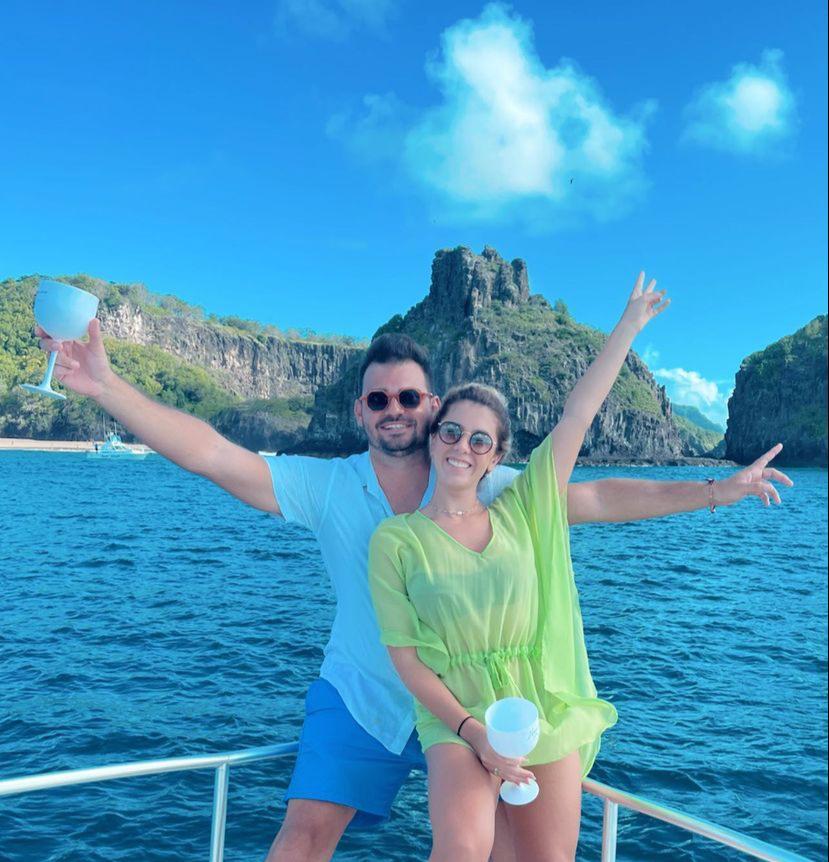 Lara Mattos e Caio Freire ficam noivos em Fernando de Noronha