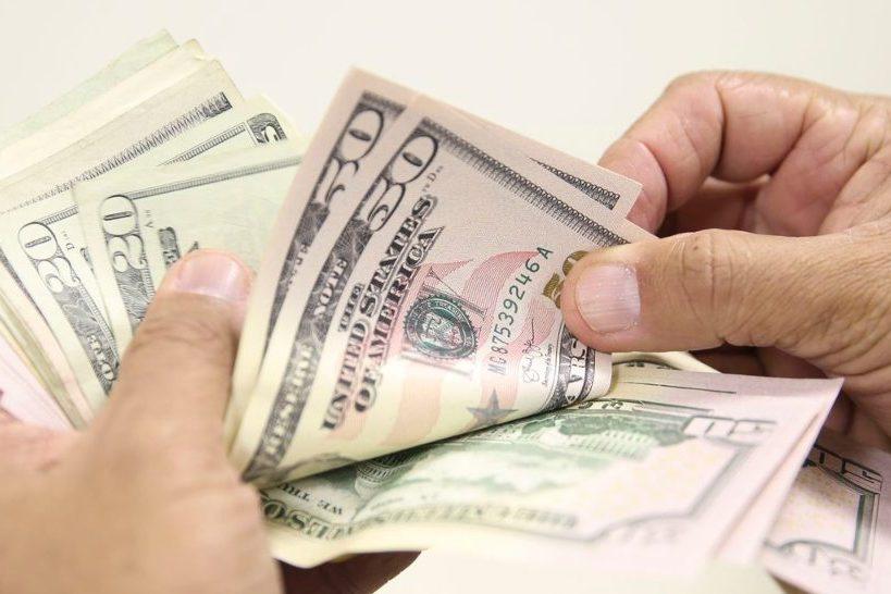Dólar fecha no maior valor desde maio e Ibovespa recua 1,66% em dia instável