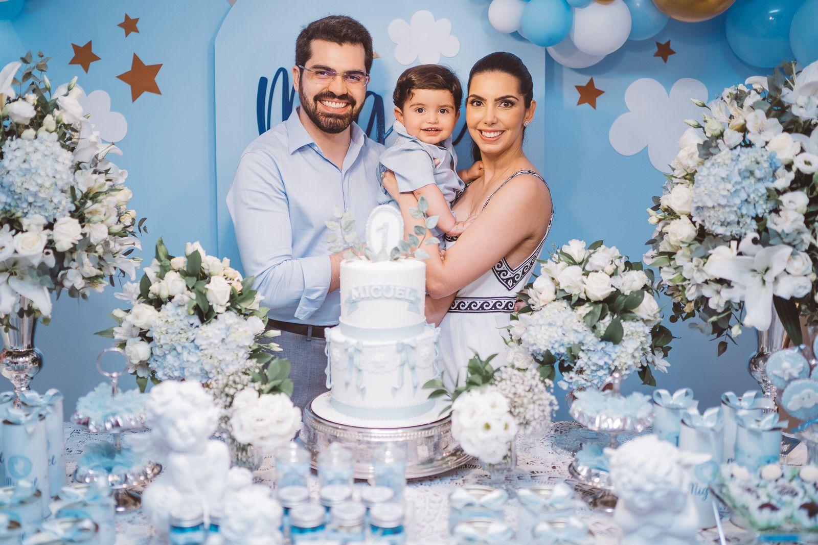 Carla Laprovitera e Pedro Garcia celebram o primeiro aniversário e batismo de Miguel