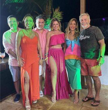 Patrícia Dias comemora b-day cercada de amigos na Ilha do Guajiru