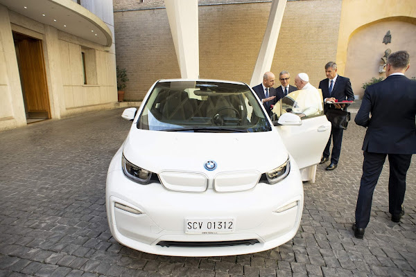 Na onda dos elétricos, Papa Francisco ganha um BMW de presente