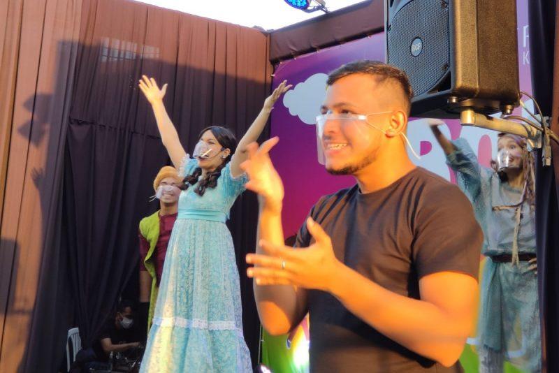 Bora Brincar Lá Fora - RioMar Kennedy promove a inclusão com interprete de libras em atração infantil