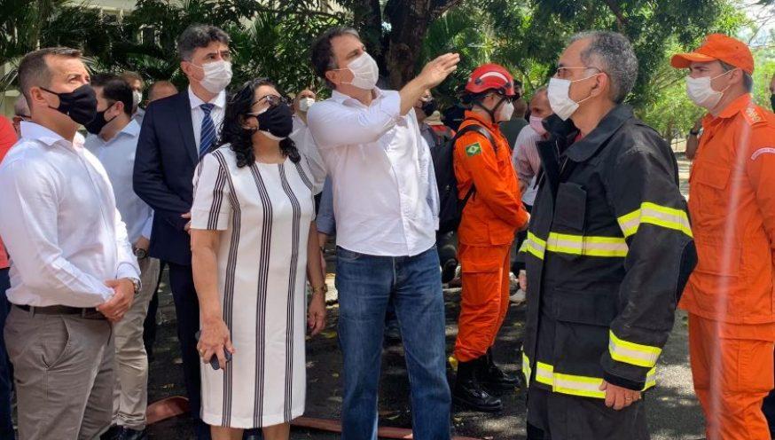 Camilo e Nailde Pinheiro acompanham o trabalho dos bombeiros e dos peritos