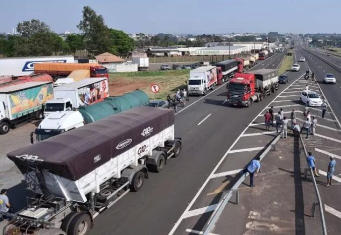 Paralisações de caminhoneiros atingem 15 estados e PRF tenta desbloquear BRs