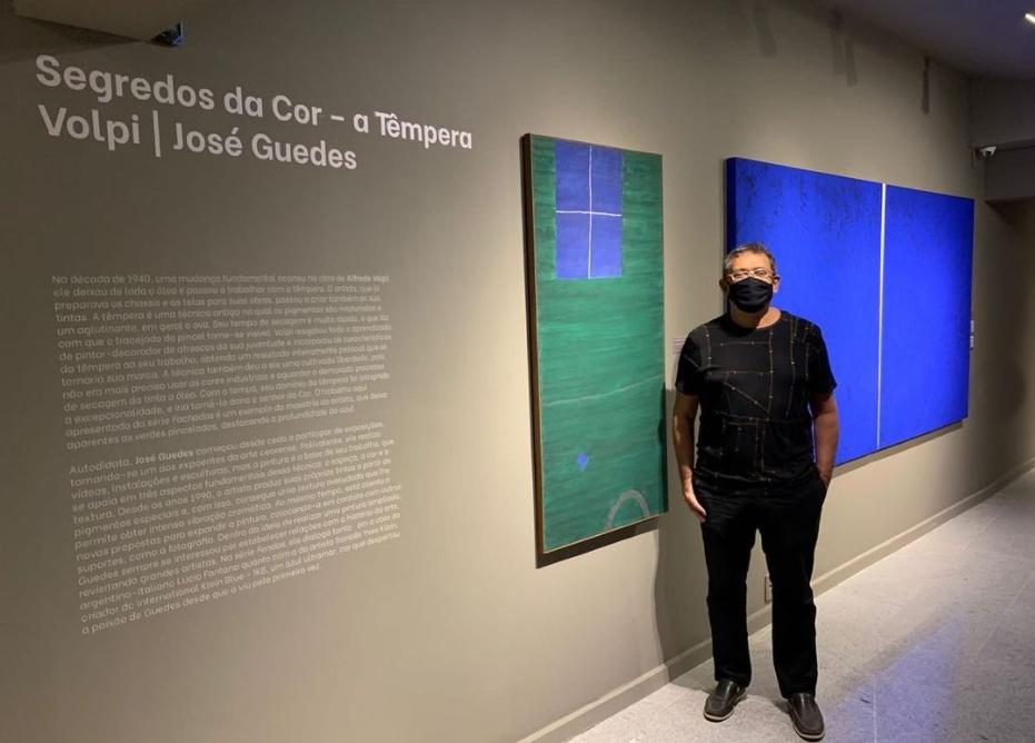 José Guedes realiza visita guiada pela exposição 50 Duetos no Espaço Cultural Unifor