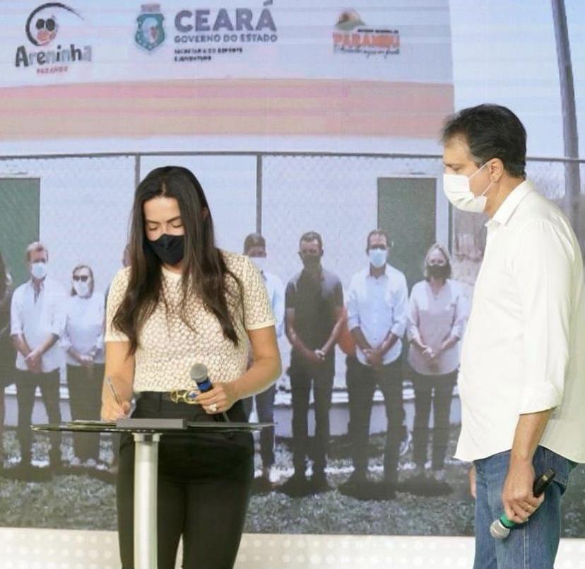 Deputada Aderlânia Noronha participa de solenidade de entrega de areninha em Parambu