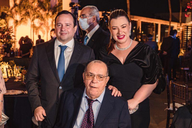 FIEC 70 anos - Ricardo Cavalcante entrega a Medalha do Mérito Industrial a Igor Queiroz Barroso e Pio Rodrigues Neto