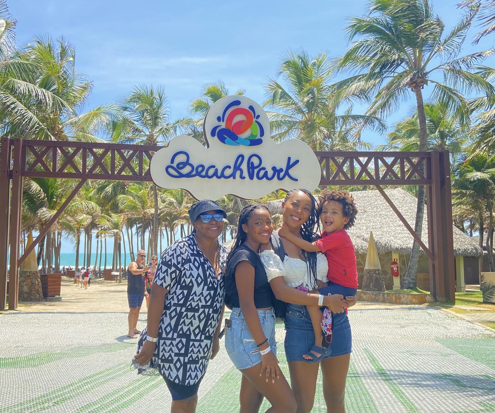 Negra Li escolheu o Beach Park para aproveitar o weekend com os filhos