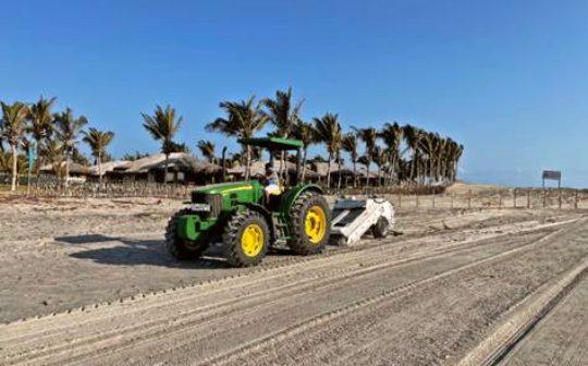 Empresários do Fortim investem em limpeza e sanitização da areia da praia