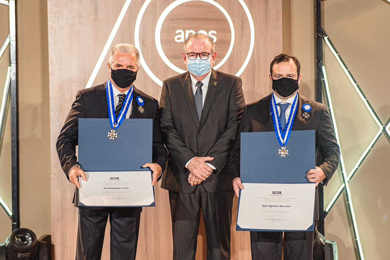 Ricardo Cavalcante entrega a Medalha do Mérito Industrial a Igor Queiroz Barroso e Pio Rodrigues Neto