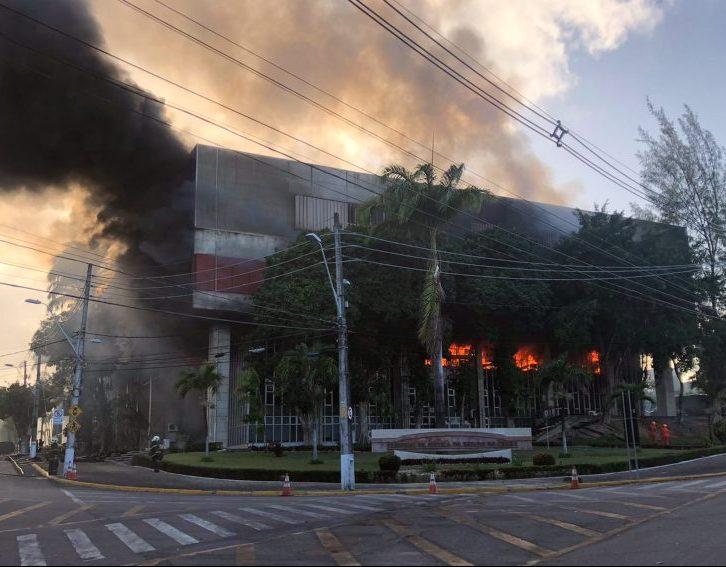 Incêndio de grandes proporções destrói parte do Tribunal de Justiça do Ceará