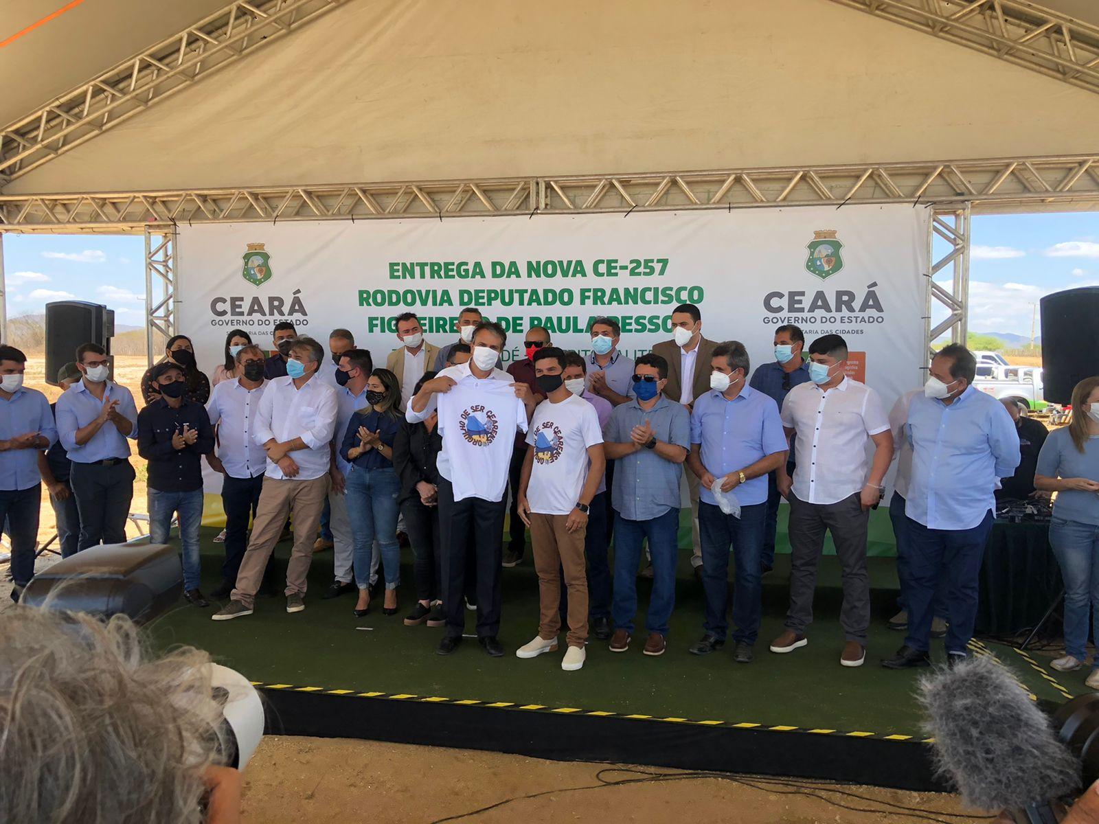 Paulo Rodrigo presenteia Camilo Santana com camisa do projeto Orgulho de Ser Cearense