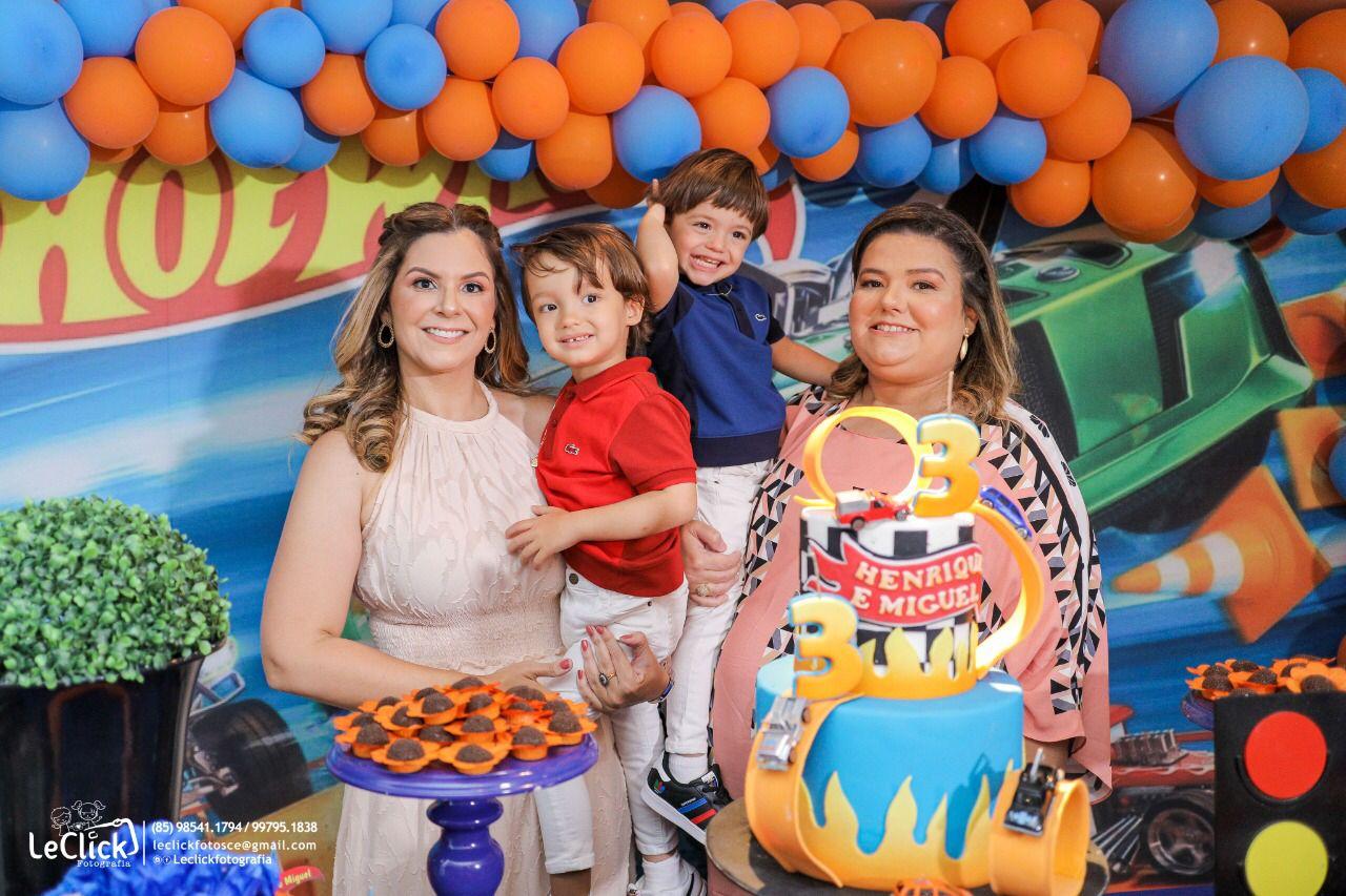 Camila Câmara e Luciana Senna festejam o terceiro aniversário dos gêmeos Henrique e Miguel