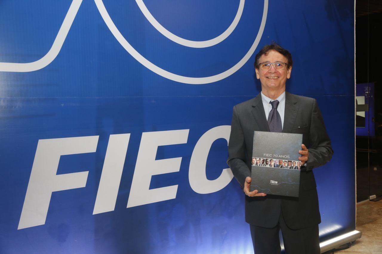 Autor do livro da FIEC, Francílio Dourado conta como foi viajar pelos 70 anos de história da Federação