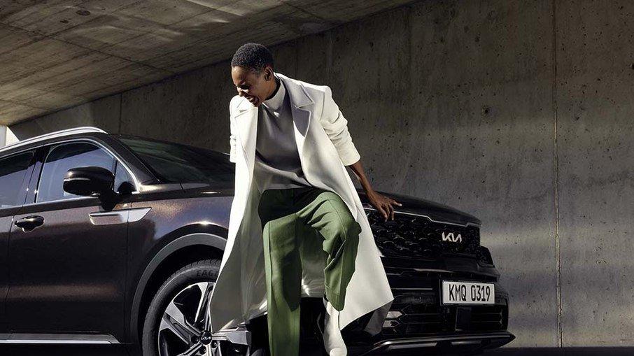 Kia promete primeiro SUV híbrido para novembro e de cara apresenta seu novo logo