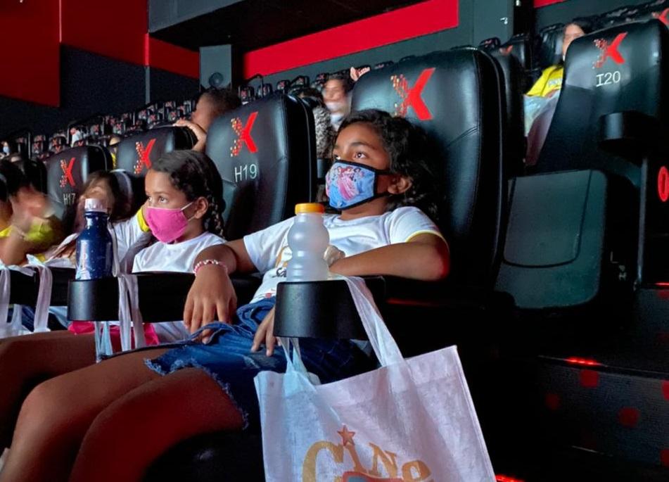 Mercadinhos São Luiz levam crianças do IPOM para sessão de cinema no RioMar Fortaleza