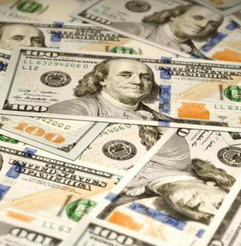 Dólar encosta em R$ 5,70 devido ao possível 'estouro' do teto dos gastos