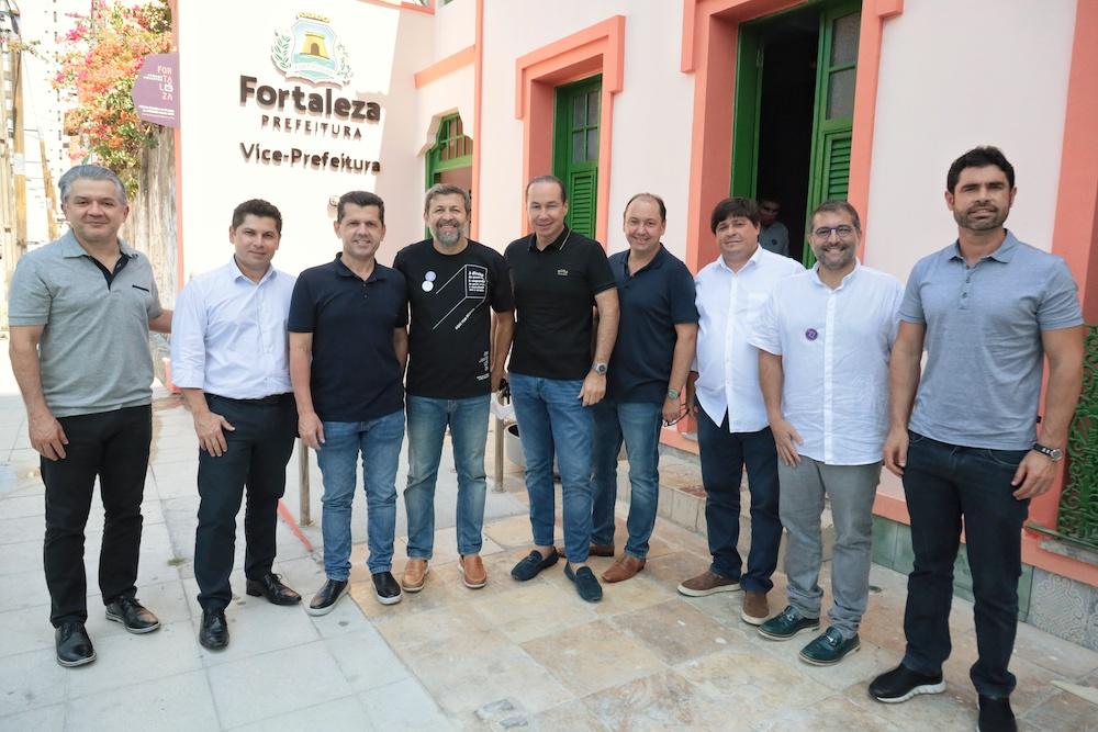 Élcio Batista Rodeado Dos Amigos Na Inauguração Da Vice Prefeitura