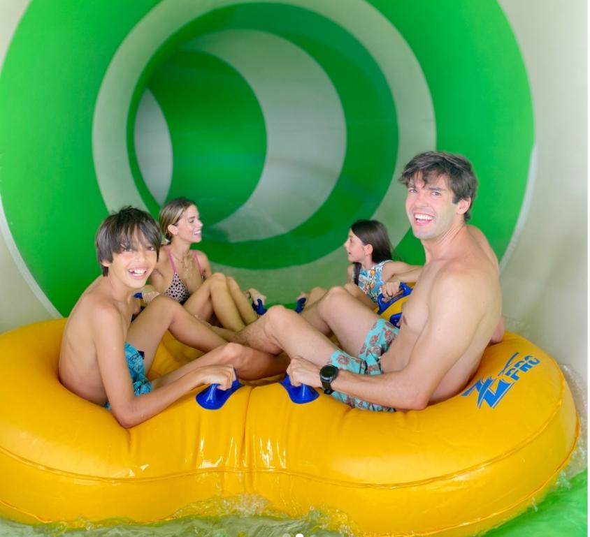 Kaká e Carol Dias aproveitam férias em família no Beach Park