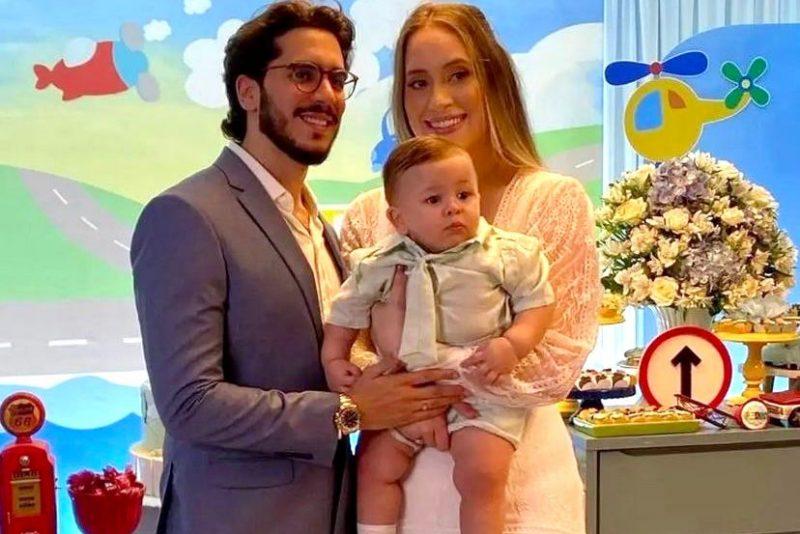 Em dose dupla - Victoria Arraes e João Pedro Brandão celebram o batismo e o primeiro aniversário do herdeiro Pedrinho
