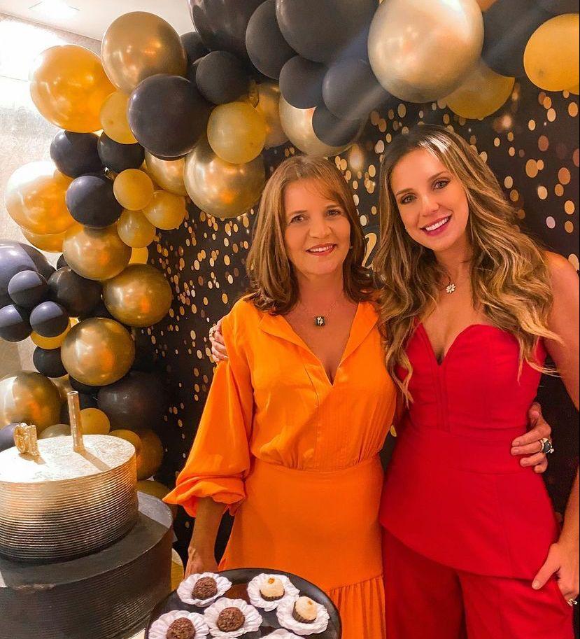 Geni Levy é surpreendida com sessão parabéns articulada pela filha, Fernanda Levy